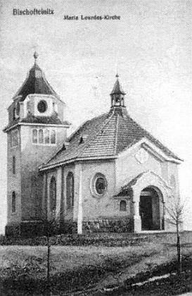 Místo, kde stála kaple Panny Marie Lurdské na snímku ze srpna 2006 ajejí vzhled na pohlednici z doby kolem roku 1920