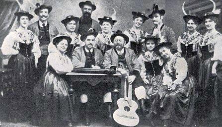 Koncertní společnost Franze Rainera z Mayerhofenu v Zillertalu v alpských krojích