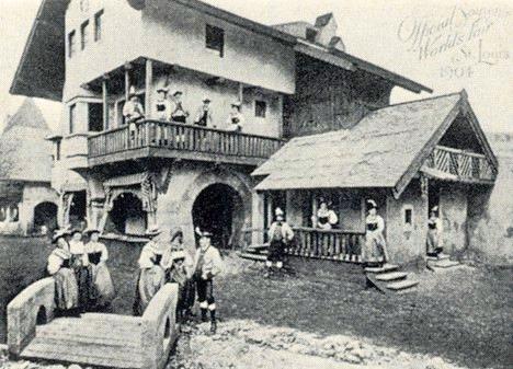 Pohlednice, která zachycuje Rainerovu společnost za jejího vystoupení na světové výstavě v americkém Saint Louis 1904