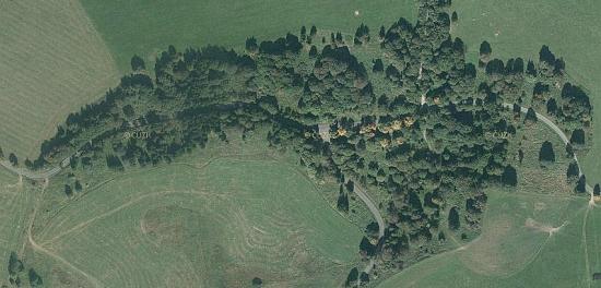 """Letecké snímky """"Města Čistá"""", jak znělo i úřední označení lokality, odsouzené k zániku, na leteckých snímcích z roku 1947, 1952 (domy již bez střech) a 2011"""