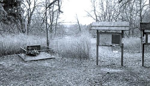 Památník zaniklé obce Litrbachy a také symbolické hroby 12 žen, které u nedalekého Zaječího vrchu zahynuly připochodu smrti v roce 1945