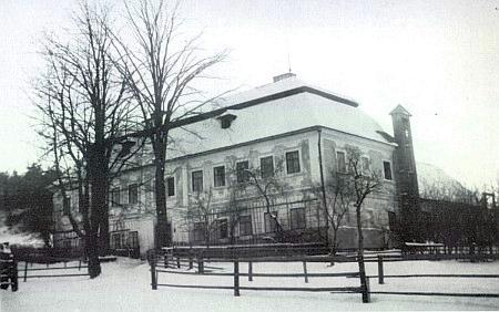 Škola v Přední Výtoni i s hasičskou věží na sušení mokrých hadic (viz i Jakob Heinrich Micko)