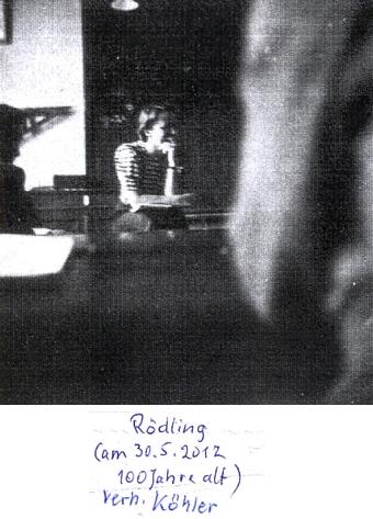 Její manžel a ona pod svým dosud dívčím příjmením na dvou amatérských snímcích jejich tehdejšího žáka Tassilo Bitzana     někdy z konce roku 1940/1941 za katedrou německé Oberschule für Jungen v České ulici