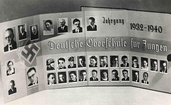 """Dvě výmluvná tabla německé Oberschule v České ulici za války, kdy """"včerejší studenti"""" se stávali """"vojáky dneška"""""""