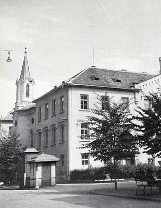 Německé státní vyšší reálné gymnázium, za války přejmenované na Oberschule für Jungen apřemístěné do České ulice ztéto budovy původně postavené Adalbertem Lannou jako sirotčinec a v roce 1945 poničené spojeneckým náletem (viz i Alfred Bäcker a Jakob Fried)