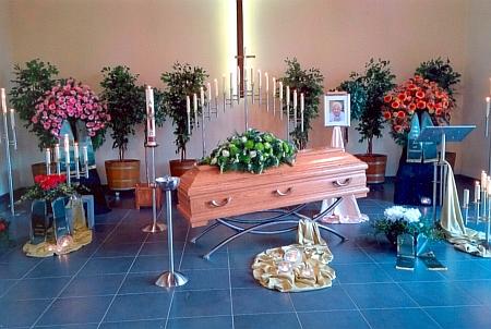 Vystavená rakev a čerstvý hrob Marianne Köhlerové na lesním hřbitově v Linz am Rhein