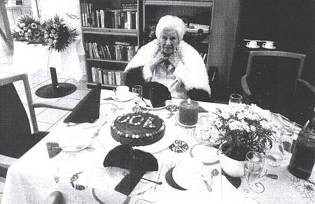 Dva snímky z oslavy jejích stoletých narozenin, jak je do Českých Budějovic poslal Tassilo Bitzan
