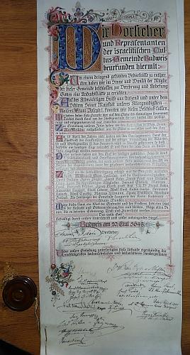 """Pamětní listina českobudějovické synagogy nese vročení podle židovského kalendáře (odečteme-li od 5648 číslo 3760, dostaneme """"křesťanský"""" letopočet 1888, kdy dokument vznikl) a také podpisy význačných osobností """"rakouských"""" ještě Budějovic, jak patrno i z díků císaři Františku Josefovi (tubus s listinou je spolu s několika úlomky skla vlastně to jediné, co ze synagogy zůstalo, (viz i Peter Becher, Max Fleischer a Jakob Fried)"""