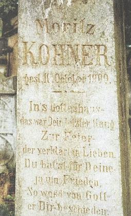 Snímek náhrobku Moritze Kohnera na židovském hřbitově vTachově