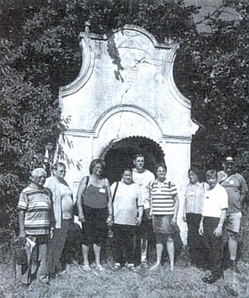 Rodina Rotschedlova před Bounaschn-Kopölln na snímku z roku 2005