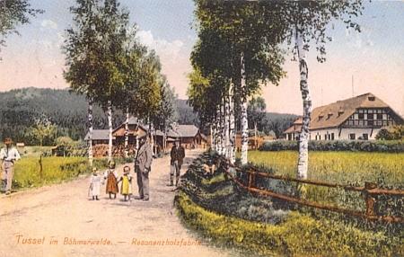 Seidelova kolorovaná pohlednice z roku 1912 zachycuje Stožec vlevo se schwarzenberskou továrnou na rezonanční dřevo