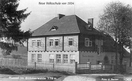 Stará a nová škola ve Stožci - ta nová na snímku Josefa Seidela