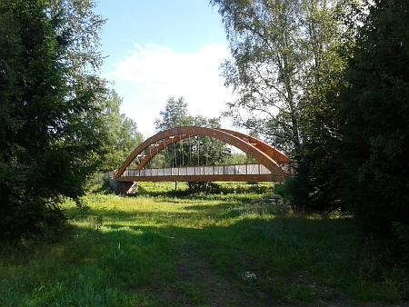 Nová lávka nedaleko Černého Kříže na Stožecku, postavená na místě bývalého kamenného mostu přes Vltavu, který byl po druhé světové válce stržen