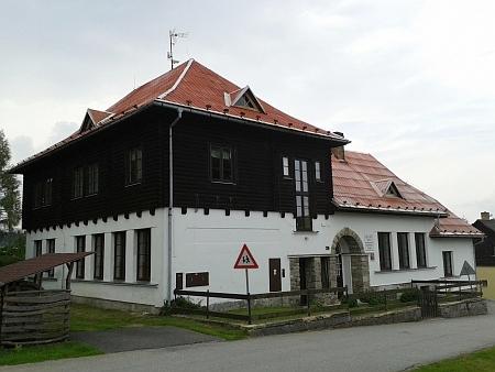 """""""Nová"""" škola ve Stožci stále slouží svému účelu (2014, viz i Theresia Wirtzová)"""