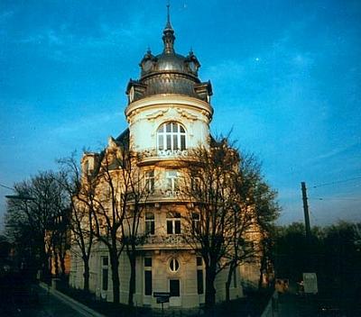Vídeňský rohový dům Daringerhof z počátku dvacátého století, kde hrabě žil, byl o sto let později renovován