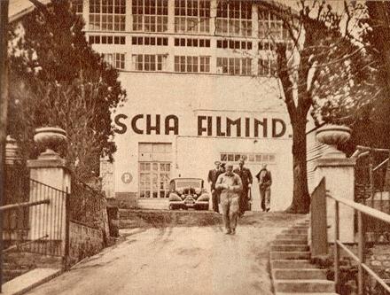 """Průčelí ateliérů """"Sascha Filmindustrie"""" na vídeňském Sieveringu, které začaly být budovány ve válečném roce 1916"""