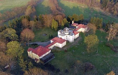 Zámek Diana jihozápadně od Přimdy, odkud byla do Muzea Českého lesa v Tachově přemístěna portrétní galerie Kolowratů