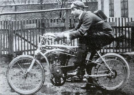 V mladších letech ještě na motorovém kole