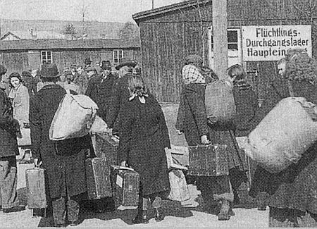 """Snímek zachycuje příchod vyhnanců od jednoho z prvých vlakových transportů do """"průchozího""""  tábora ve Furth im Walde v roce 1946"""