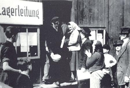 """Několik dalších snímků z """"tranzitního tábora"""" ve Furth im Wald z roku 1946"""