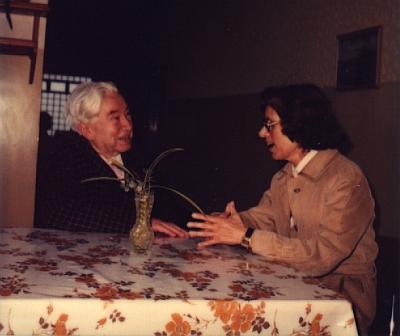 Vzácný snímek z jejího setkání s Jaroslavem Seifertem v roce 1982, dva roky před tím, než byla básníkovi udělena Nobelova cena za literaturu