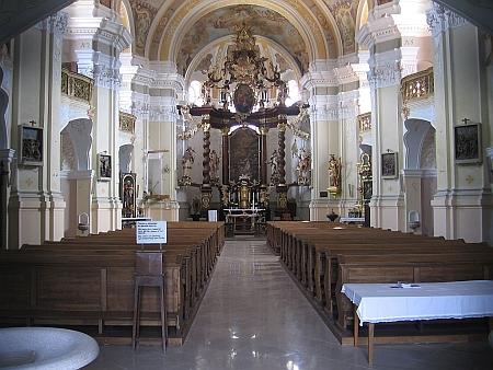 Hlavní oltář kostela sv. Mikuláše v Boru u Tachova je i se sochami svatých dílem Johanna Christopha Artschlaga (žil v 18. století, přesná data nejsou známa)