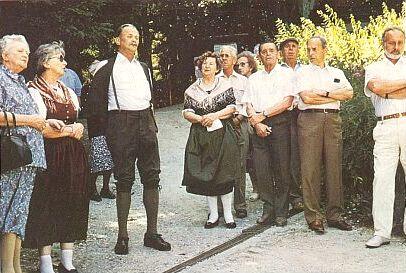 Při svěcení památníku Písně o Vltavě na Moldaublick roku 1990     (v kroji uprostřed, zcela vpravo Horst Löffler)