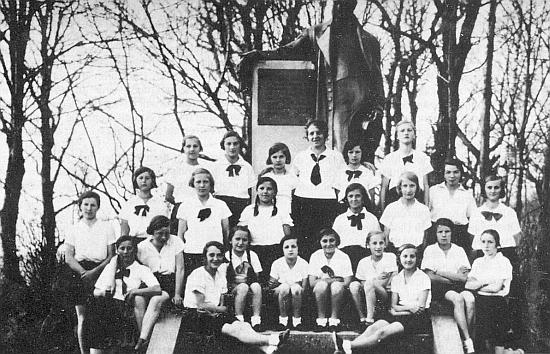 Někdy kolem roku 1936 se svými vrstevnicemi z turnerské jednoty v Horní Plané u Stifterova pomníku