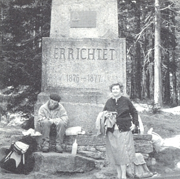 Před Stifterovým památníkem nad Plešným jezerem na snímku z roku 1991(ten sedící pán je prý ze zaniklé Horní Borkové)