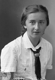 """Na snímku z  fotoateliéru Seidel s datem 15. září roku 1939 na jméno """"Mauritz Mizzi"""" a adresu """"Oberplan"""" ve stejnokroji BDM (Bund deutscher Mädel). tj. Svazu německých dívek"""