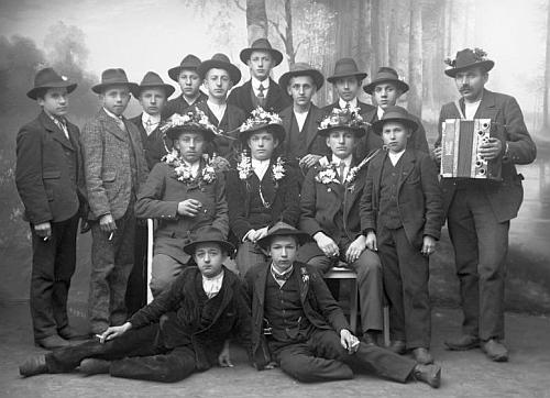 """Opravdu hodně mladí rekruti na snímku fotoateliéru Seidel s datem 22. ledna 1918 na jméno """"Mauritz Anton"""" a adresu """"Neuofen 12"""""""
