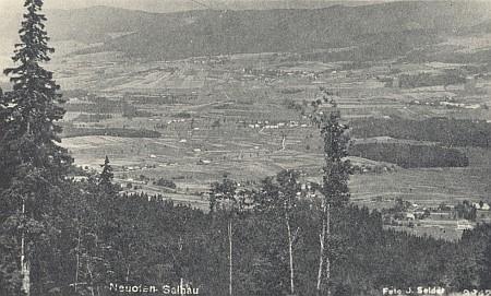 Nová Pec, kde se narodila, na pohlednici ateliéru Josef Seidel, která zachycuje i Želnavu, vrch Hrad, Bělou, Slunečnou, Ovesnou a Uhlíkov