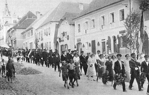 """Slavnost zvaná """"Gastwirtstag"""" v Horní Plané roku 1935, Mitzi bylo tehdy deset let"""