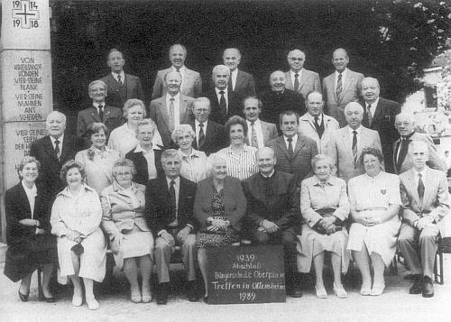 50 let po odchodu ze školy se sešli znovu v rakouském Ottensheimu 1989, ona sedí druhá zleva