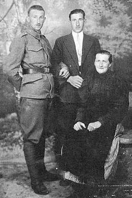 V uniformě československé armády s maminkou a bratrem