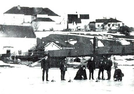 Lední metaná na Vltavě ve Frymburku, jak ji zachytil vzácný snímek z jeho vzpomínkové knihy