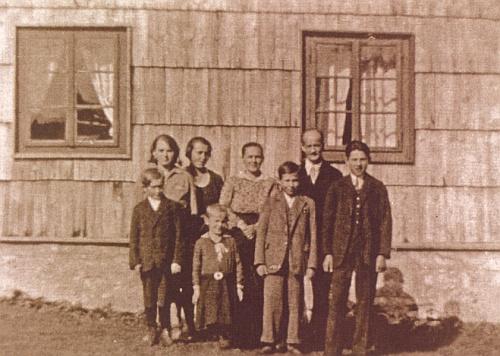 Rodina Kortusova na snímku někdy z roku 1930, vzadu zleva Resi, Rosa, Albina, Franz starší, vpředu Hans, Anna, Karl a Franz mladší