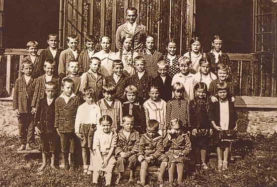 Na snímku dětí končících školní docházku ve Filipově Huti v roce 1926, pořízeném panem řídícím Eduardem Landem, stojí dcera Marie v zadní řadě čtvrtá zprava - za školáky, mezi nimiž jsou zachyceni i tři Mariini sourozenci, tu vzadu stojí jejich pan učitel Karl Schröder