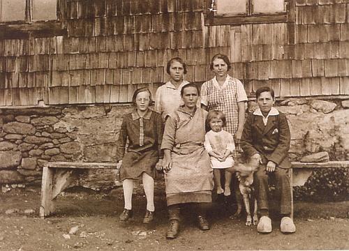 Albina Kortusová s dětmi na Roklanské hájence někdy kolem roku 1928, kdy byly malé Anně 3 roky