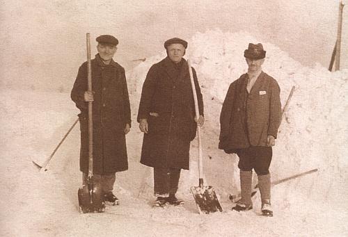 Franz Kortus tu stojí vpravo s pomocníky při odklízení sněhu někdy kolem roku 1935