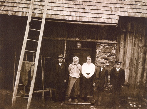 Patnáctiletý Franz tu stojí druhý zprava s matkou a prarodiči na snímku, pořízeném roku 1896 snad ve Filipově Huti