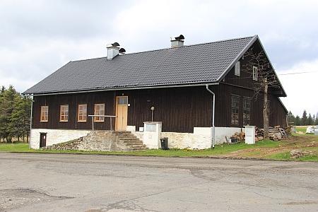 Někdejší škola ve Filipově Huti na snímcích z roku 2017, na snímku vpravo je na obzoru Roklan