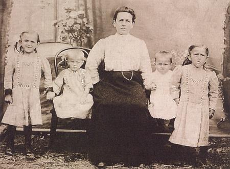 Albina Kortusová s dětmi někdy kolem roku 1914: zleva Rosa, Marie, Franz a Resi