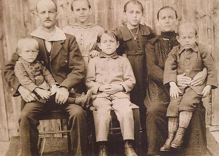 Franz Kortus se ženou Albinou a dětmi: zleva Hans, Resi, Franz, Rosa, Karl