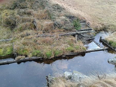 Detail provalené propusti Roklanské nádrže (údajně byla propusť odstřelena armádou v padesátých letech 20.století     po utonutí jednoho ze zde sloužících vojáků, viz i Friedrich Max Thiem)