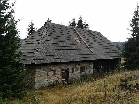 Roklanská chata Klubu československých turistů stála kousek od hájenky (viz Otto Paleczek), dnes je ovšem turistům nepřístupná