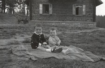 Děti před Roklanskou chatou v roce 1947 na dalším snímku z fotobanky Musea Fotoateliér Seidel