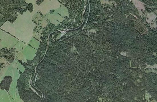 Preisleiten napravo od Hradlového mostu na Vydře, naproti dnes také zcela zaniklým Vchynicím-Tetovu nadruhém jejím břehu, naleteckých snímcích z roku 1949 a 2008