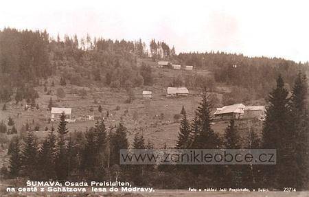 Pohled na Preisleiten, kde se narodila jeho žena Albina, přibližně od Hradlového mostu na řece Vydře