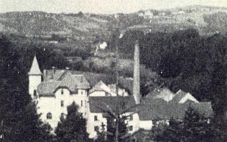 """K Mostkům kdysi patřila i niťařská továrna Franze Karla Schrötera v údolí Malše, z níž dnes zůstal jen tzv. """"Zámeček"""" uKaplice, zde zachycený na snímku z roku 1925 s věžičkou vlevo"""